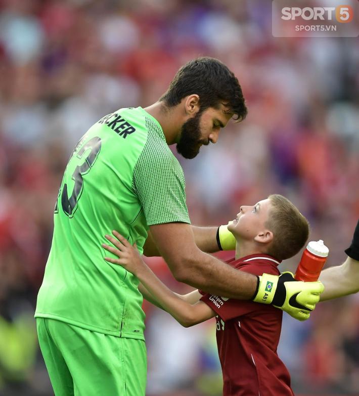 Chạy vào sân ôm thủ môn đắt nhất thế giới, fan nhí nhận món quà để đời - Ảnh 1.