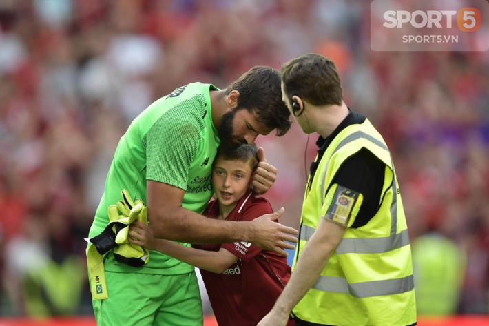 Chạy vào sân ôm thủ môn đắt nhất thế giới, fan nhí nhận món quà để đời - Ảnh 2.