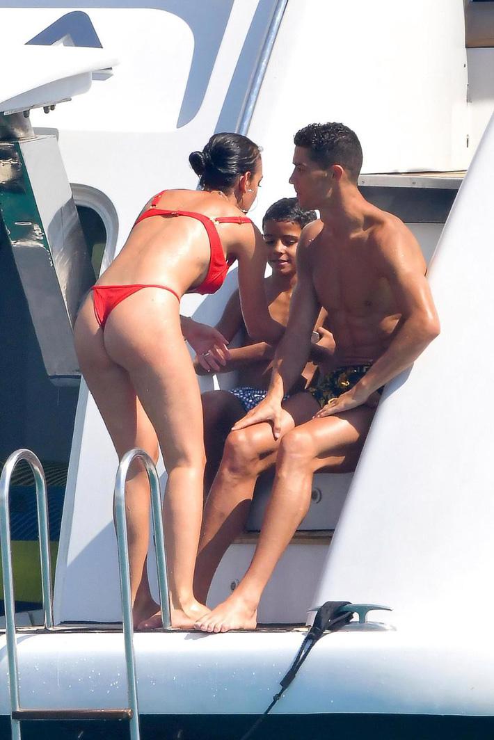 Nhà Ronaldo đi nghỉ mát, cánh paparazzi mải miết săn ảnh nóng của Georgina - Ảnh 5.