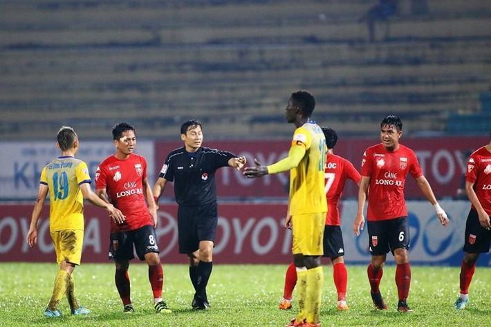 Trọng tài Trần Văn Lập: Hết bẻ còi, bị tố bắt láo tới quên thẻ và hủy bàn thắng - Ảnh 2.