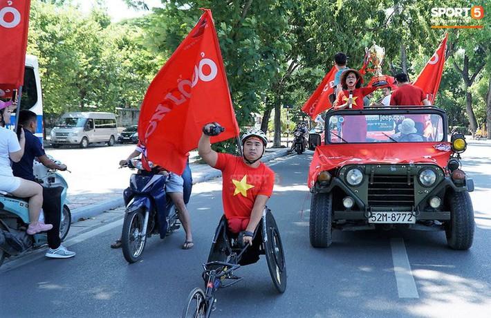 Trọng Đại cùng CĐV diễu hành chờ ngày tượng đài Thể Công trở lại V.League - Ảnh 2.