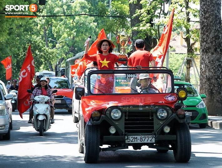 Trọng Đại cùng CĐV diễu hành chờ ngày tượng đài Thể Công trở lại V.League - Ảnh 4.