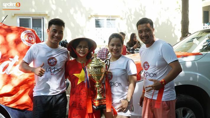 Trọng Đại cùng CĐV diễu hành chờ ngày tượng đài Thể Công trở lại V.League - Ảnh 5.