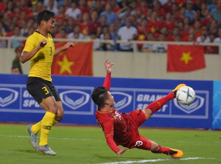 Hậu vệ Malaysia bị chê cười với hình ảnh sợ đau khi Quang Hải ghi bàn - Ảnh 1.