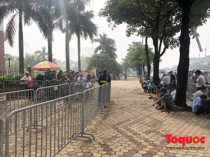 Thương binh xếp hàng mua vé trận Việt Nam - Malaysia, bán ngay cho chợ đen kiếm lời - Ảnh 1.