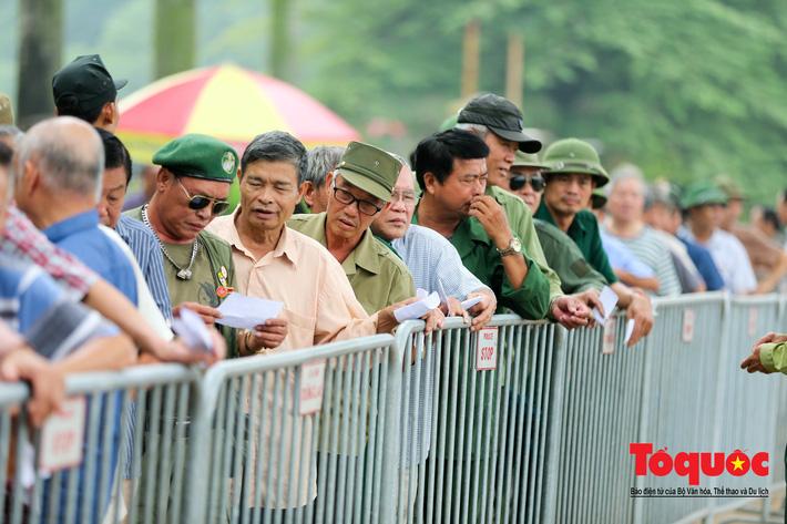 Thương binh xếp hàng mua vé trận Việt Nam - Malaysia, bán ngay cho chợ đen kiếm lời - Ảnh 2.