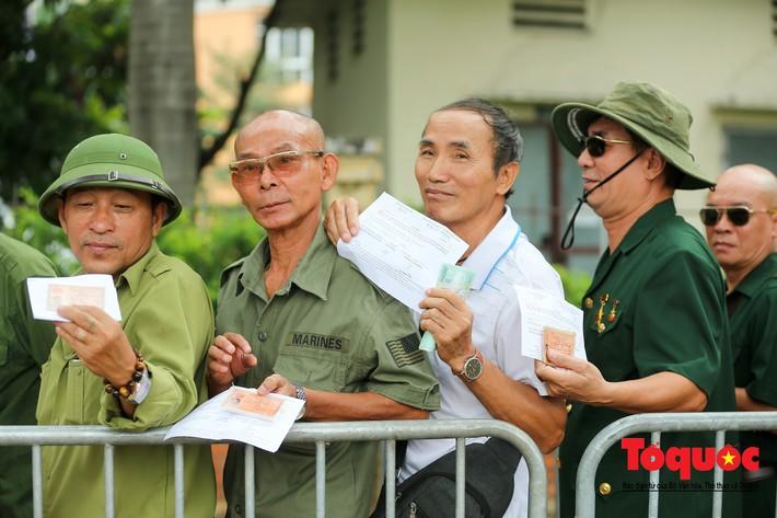 Thương binh xếp hàng mua vé trận Việt Nam - Malaysia, bán ngay cho chợ đen kiếm lời - Ảnh 3.