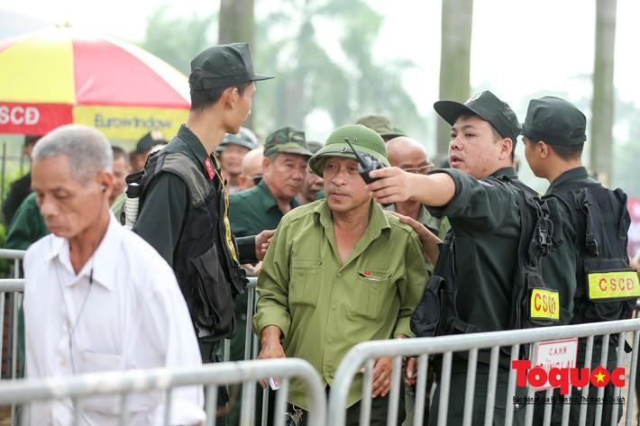 Thương binh xếp hàng mua vé trận Việt Nam - Malaysia, bán ngay cho chợ đen kiếm lời - Ảnh 4.
