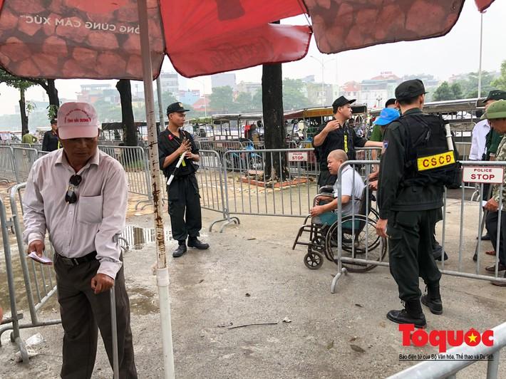 Thương binh xếp hàng mua vé trận Việt Nam - Malaysia, bán ngay cho chợ đen kiếm lời - Ảnh 5.