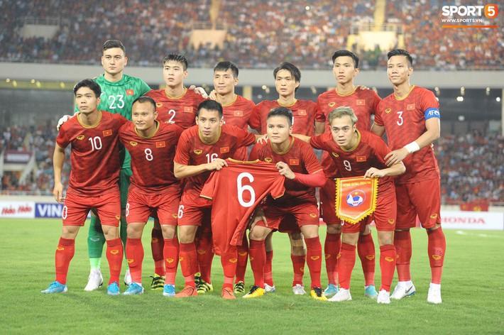Mải mê ăn mừng siêu phẩm của Quang Hải, các cầu thủ Việt Nam bỗng quên mất kế hoạch đặc biệt dành cho Xuân Trường - Ảnh 7.