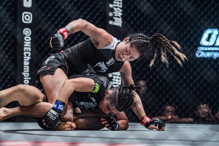 Hot girl MMA Angela Lee tung mưa đòn bảo vệ thành công đai vô địch thế giới - Ảnh 1.