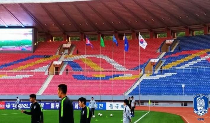 Hàn Quốc chia điểm với Triều Tiên trong trận cầu lịch sử và kỳ lạ ở sân Kim Nhật Thành - Ảnh 3.