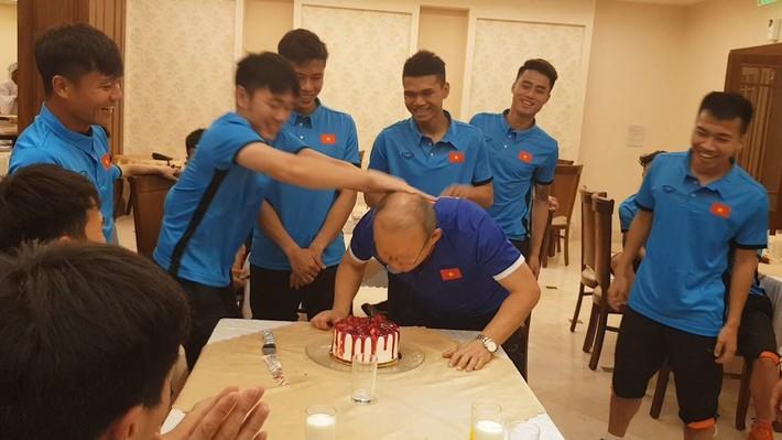 Đón sinh nhật tuổi 24, Bùi Tiến Dũng lĩnh trọn đặc sản hài hước của ĐT Việt Nam - Ảnh 6.