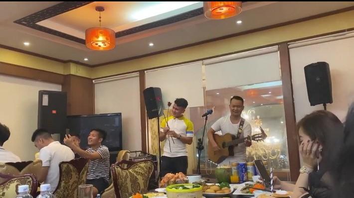 Duy Mạnh hát, bầu Hiển và Quang Hải nhảy cực sung - Ảnh 1.