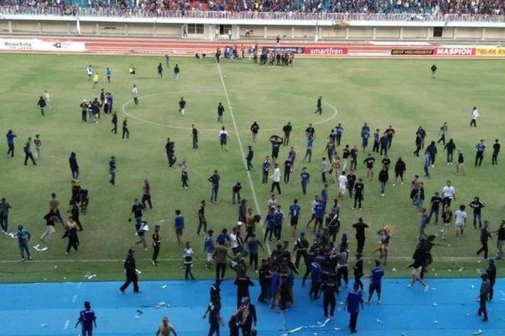 """Bóng đá Indonesia: Hỗn chiến kinh hoàng, CĐV lao vào song phi cầu thủ như phim chưởng"""" - Ảnh 3."""