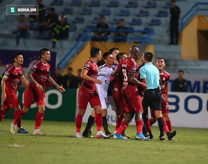 Sau pha tranh cãi làm đối thủ suýt bỏ đá, Hà Nội FC mở ra cơ hội làm điều chưa từng có - Ảnh 2.