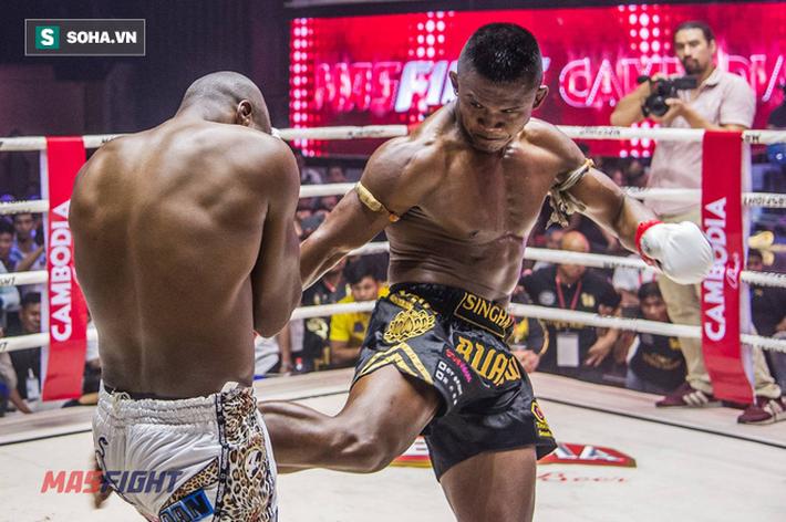 Thánh Muay Thái tung đòn sấm sét hạ gục võ sĩ từng 2 lần vô địch thế giới sau 4 phút - Ảnh 2.