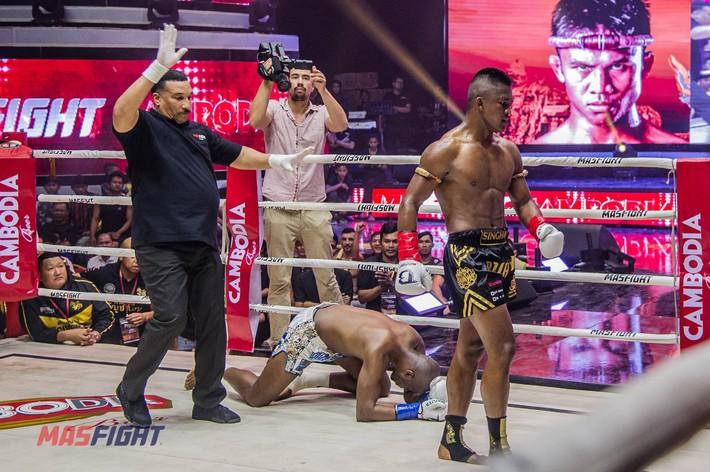 Thánh Muay Thái tung đòn sấm sét hạ gục võ sĩ từng 2 lần vô địch thế giới sau 4 phút - Ảnh 5.