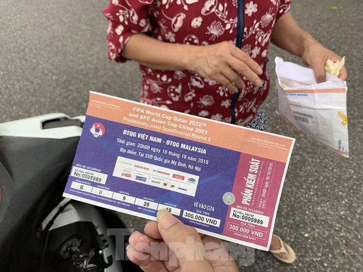 Hai ngày trước trận Việt Nam - Malaysia: Sốt vé xình xịch giữa trời mưa - Ảnh 6.