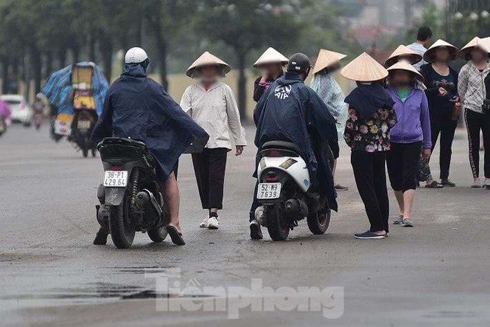 Hai ngày trước trận Việt Nam - Malaysia: Sốt vé xình xịch giữa trời mưa - Ảnh 7.