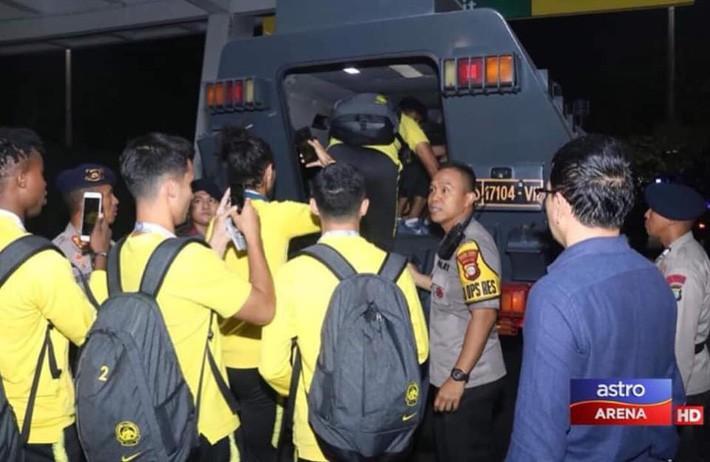 FIFA gây bất ngờ với án phạt sau màn ẩu đả kinh hoàng của CĐV Indonesia - Ảnh 2.