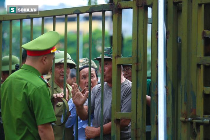 Tự xưng thương binh, nhóm người gây lộn đánh nhau, trèo cổng đòi mua vé trận VN - Malaysia - Ảnh 2.