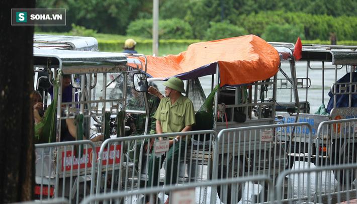 Tự xưng thương binh, nhóm người gây lộn đánh nhau, trèo cổng đòi mua vé trận VN - Malaysia - Ảnh 7.