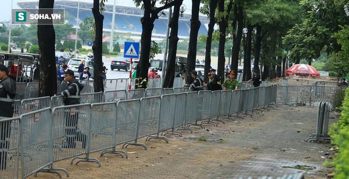 Tự xưng thương binh, nhóm người gây lộn đánh nhau, trèo cổng đòi mua vé trận VN - Malaysia - Ảnh 1.