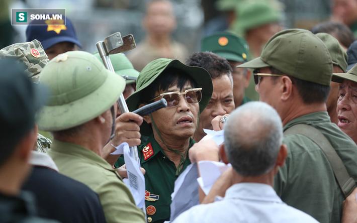 Tự xưng thương binh, nhóm người gây lộn đánh nhau, trèo cổng đòi mua vé trận VN - Malaysia - Ảnh 4.
