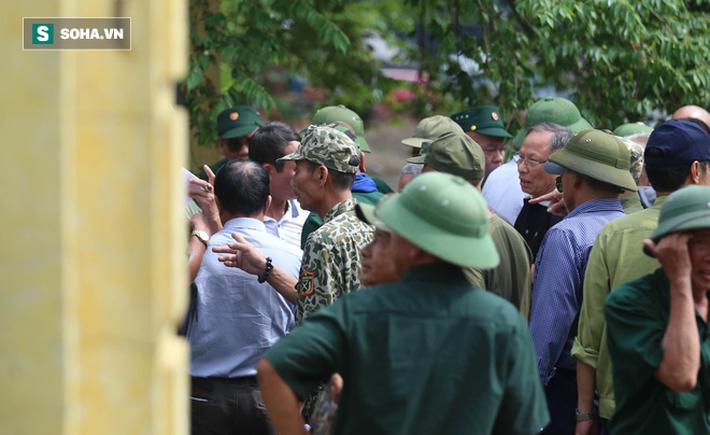 Tự xưng thương binh, nhóm người gây lộn đánh nhau, trèo cổng đòi mua vé trận VN - Malaysia - Ảnh 3.