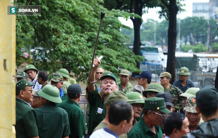 Tự xưng thương binh, nhóm người gây lộn đánh nhau, trèo cổng đòi mua vé trận VN - Malaysia - Ảnh 5.