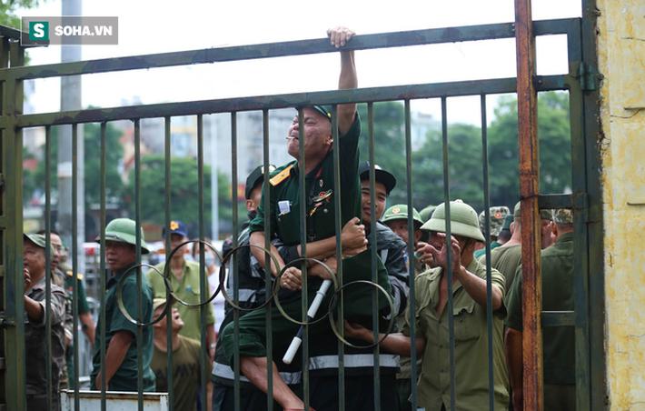 Tự xưng thương binh, nhóm người gây lộn đánh nhau, trèo cổng đòi mua vé trận VN - Malaysia - Ảnh 6.
