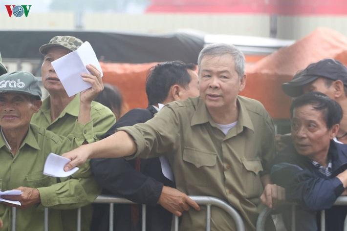 Cận cảnh: Thương binh xếp hàng mua vé trận ĐT Việt Nam - ĐT UAE - Ảnh 1.