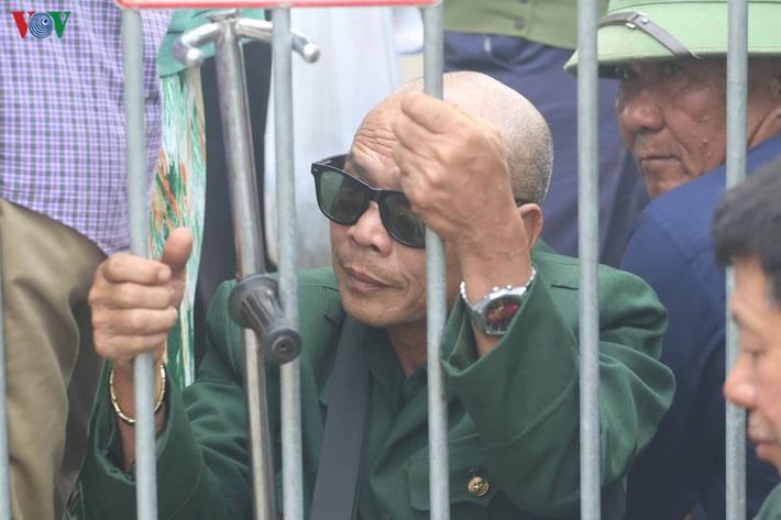 Cận cảnh: Thương binh xếp hàng mua vé trận ĐT Việt Nam - ĐT UAE - Ảnh 2.