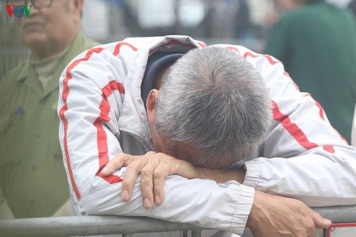 Cận cảnh: Thương binh xếp hàng mua vé trận ĐT Việt Nam - ĐT UAE - Ảnh 3.