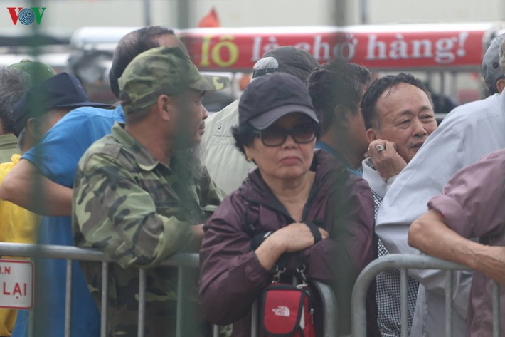 Cận cảnh: Thương binh xếp hàng mua vé trận ĐT Việt Nam - ĐT UAE - Ảnh 4.