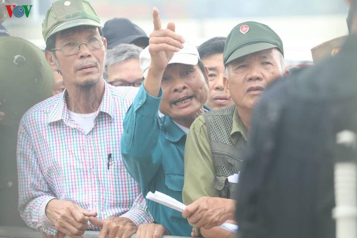 Cận cảnh: Thương binh xếp hàng mua vé trận ĐT Việt Nam - ĐT UAE - Ảnh 5.