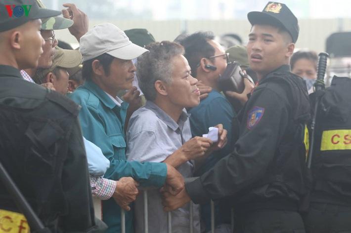Cận cảnh: Thương binh xếp hàng mua vé trận ĐT Việt Nam - ĐT UAE - Ảnh 6.
