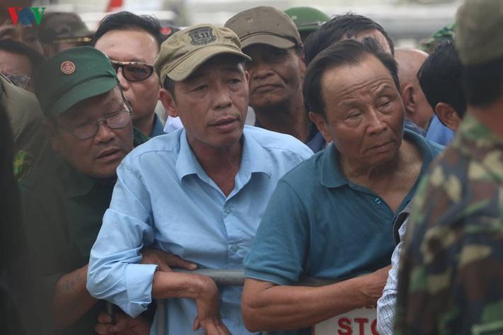 Cận cảnh: Thương binh xếp hàng mua vé trận ĐT Việt Nam - ĐT UAE - Ảnh 8.