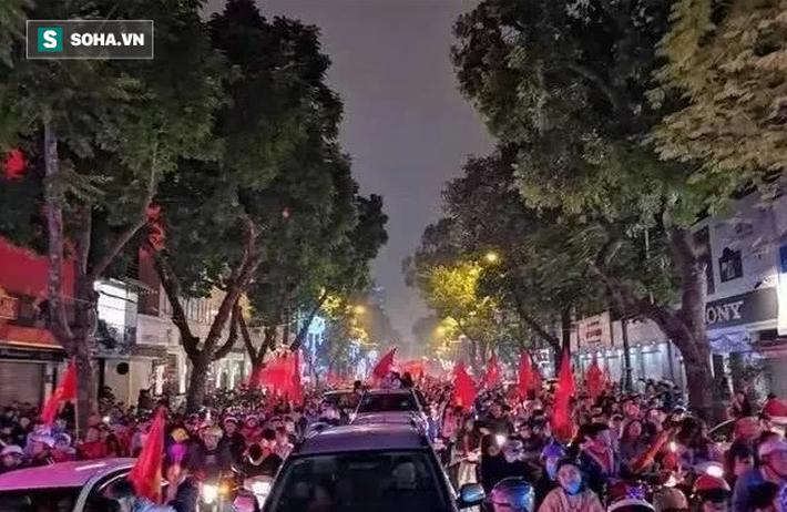 """Báo Trung Quốc sửng sốt với """"khung cảnh đặc biệt"""" ở Việt Nam sau trận thắng UAE - Ảnh 1."""