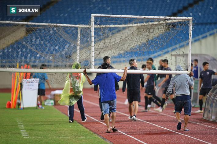 Thái Lan gặp xui, HLV Nishino phải dầm mưa tập luyện cùng học trò trước ngày đấu Việt Nam - Ảnh 1.