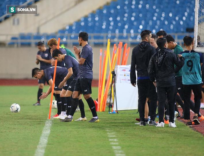 Thái Lan gặp xui, HLV Nishino phải dầm mưa tập luyện cùng học trò trước ngày đấu Việt Nam - Ảnh 2.