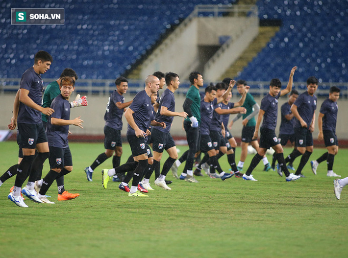 Thái Lan gặp xui, HLV Nishino phải dầm mưa tập luyện cùng học trò trước ngày đấu Việt Nam - Ảnh 4.