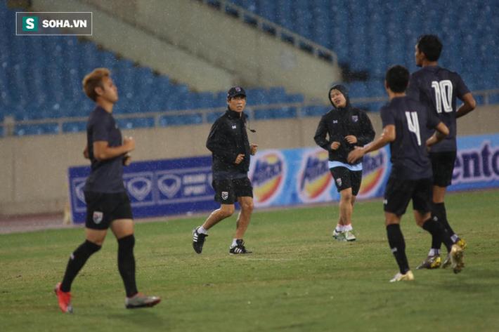 Thái Lan gặp xui, HLV Nishino phải dầm mưa tập luyện cùng học trò trước ngày đấu Việt Nam - Ảnh 6.