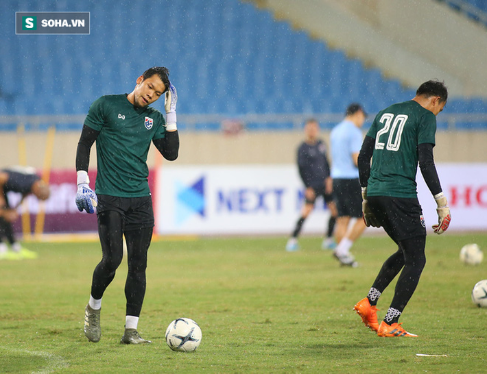 Thái Lan gặp xui, HLV Nishino phải dầm mưa tập luyện cùng học trò trước ngày đấu Việt Nam - Ảnh 9.