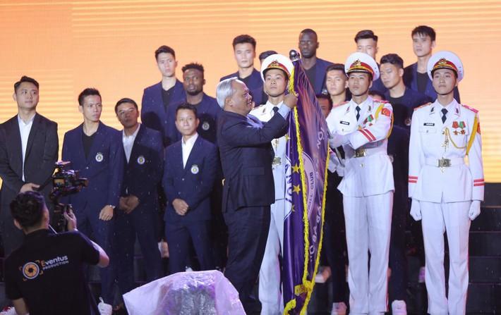 Hà Nội FC dành tặng chức vô địch cho người hâm mộ, đón nhận huân chương lao động hạng Ba - Ảnh 2.
