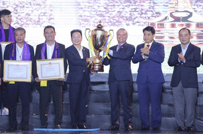 Hà Nội FC dành tặng chức vô địch cho người hâm mộ, đón nhận huân chương lao động hạng Ba - Ảnh 4.