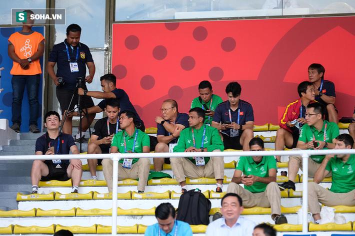 HLV Park Hang-seo dự khán, trợ lý tai tiếng của Thái Lan thoải mái tác nghiệp dưới sân - Ảnh 1.
