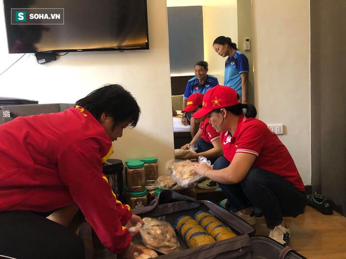 U22 Việt Nam hào phóng, nhường toàn bộ 60kg thực phẩm từ Việt Nam cho tuyển nữ - Ảnh 6.
