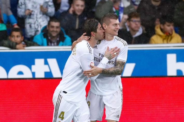 Thắng nghẹt thở, Real Madrid qua mặt Barca - Ảnh 1.